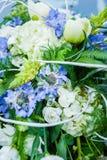 Ramo nupcial de flores en la capilla del coche Fotos de archivo