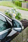 Ramo nupcial de flores en la capilla del coche Fotografía de archivo libre de regalías