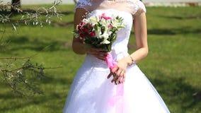 Ramo nupcial de flores en las manos de la novia metrajes