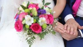Ramo nupcial de flores en las manos de la novia almacen de metraje de vídeo