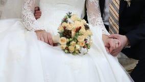 Ramo nupcial de flores en las manos de la novia almacen de video