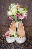 Ramo nupcial de los zapatos y de la boda Imagenes de archivo