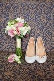 Ramo nupcial de los zapatos y de la boda Fotos de archivo