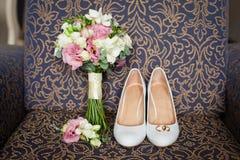 Ramo nupcial de los zapatos y de la boda Foto de archivo