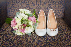 Ramo nupcial de los zapatos y de la boda Foto de archivo libre de regalías