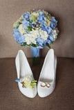 Ramo nupcial de los zapatos y de la boda Fotografía de archivo libre de regalías