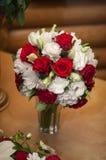 Ramo nupcial de rosas blancas y rojas Imagen de archivo