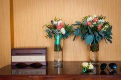 Ramo nupcial de rosas en tablones de madera Foto de archivo libre de regalías