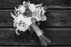 Ramo nupcial de rosas en tablones de madera fotos de archivo libres de regalías