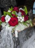 Ramo nupcial de rosas rojas y blancas Fotos de archivo libres de regalías