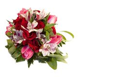 Ramo nupcial de rosas, de tulipanes y de alstroemeria en el fondo blanco fotografía de archivo