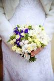 Ramo nupcial El ` s de la novia Hermoso de las flores blancas y del verdor, adornado con la cinta de seda, miente en vintage Fotos de archivo