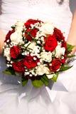 Ramo nupcial El ` s de la novia Hermoso de las flores blancas y del verdor, adornado con la cinta de seda, miente en vintage Fotografía de archivo