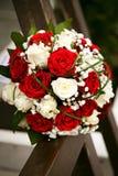 Ramo nupcial El ` s de la novia Hermoso de las flores blancas y del verdor, adornado con la cinta de seda, miente en vintage Imagen de archivo libre de regalías