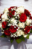 Ramo nupcial El ` s de la novia Hermoso de las flores blancas y del verdor, adornado con la cinta de seda, miente en vintage Imágenes de archivo libres de regalías