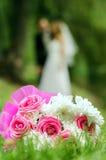 Ramo nupcial en un fondo de la silueta borrosa de una novia Imágenes de archivo libres de regalías