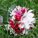 Ramo nupcial hermoso de lirios y de rosas en el banquete de boda Foto de archivo libre de regalías