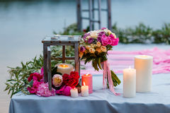 Ramo nupcial hermoso, delicado entre la decoración con las velas y flores frescas Foto de archivo