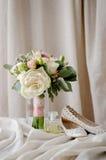 Ramo nupcial Ramo del regalo Flores blancas y rosadas en coágulo decorativo de la arpillera Fotografía de archivo libre de regalías
