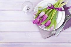 Ramo púrpura del tulipán sobre la placa Imagenes de archivo