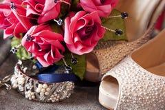 Ramo, pulsera y zapatos de la flor de la novia Imágenes de archivo libres de regalías
