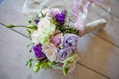 Ramo que se casa hermoso y de moda con colores purpúreos claros fotos de archivo