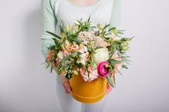 Ramo rico con la hortensia en mano de la mujer rosas coloridas y diversas flores de la mezcla del color Fotografía de archivo