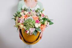 Ramo rico con la hortensia en mano de la mujer rosas coloridas y diversas flores de la mezcla del color Imagen de archivo libre de regalías