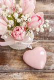 Ramo romántico de tulipanes y de paniculata rosados del gypsophilia Fotografía de archivo