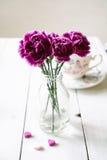 Ramo rosado de la flor de los claveles en un florero Imágenes de archivo libres de regalías