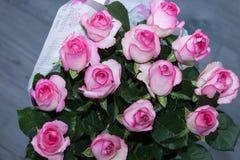 Ramo rosado de las rosas con descensos del agua Fotografía de archivo