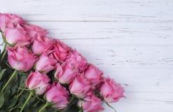 Ramo rosado de las rosas en el fondo de madera blanco con el espacio de la copia T Fotografía de archivo libre de regalías