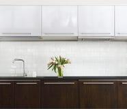 Ramo rosado de los tulipanes en el florero de cristal en la cocina Fotografía de archivo libre de regalías