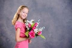 Ramo rubio agradable de la muchacha de flores foto de archivo