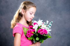 Ramo rubio agradable de la muchacha de flores fotografía de archivo
