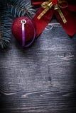 Ramo sempreverde del pino della palla rossa dell'arco di Natale Fotografie Stock
