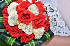 Ramo verde de la boda con las flores del escarlata y blancas en la hierba Fotos de archivo libres de regalías