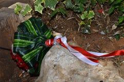 Ramo verde de la boda con las flores del escarlata y blancas en piedra Fotografía de archivo libre de regalías
