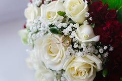Ramo y anillos de la boda Foto de archivo