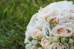 Ramo y anillos hermosos de la boda Imagenes de archivo