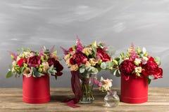 Ramo y boutonniere nupciales Flores del rojo y del color del melocotón Imagen de archivo