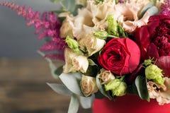 Ramo y boutonniere nupciales Flores del rojo y del color del melocotón Fotos de archivo