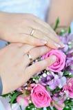 Ramo y manos nupciales con los anillos Imagen de archivo libre de regalías