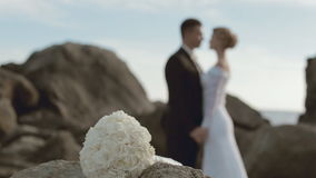 Ramo y recienes casados nupciales en amor desenfocado almacen de video