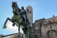 Ramon Berenguer III, ett i naturlig storlek brons den rid- statyn, på Placa de Ramon Berenguer i Barcelona, Spanien royaltyfria bilder