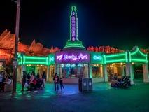 Ramones在晚上在迪斯尼加利福尼亚冒险公园的Carsland 免版税库存照片