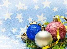 Ramos das bolas do Natal no fundo azul foto de stock