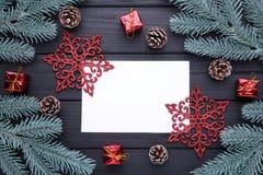 Ramos de árvore do Natal com decoração do Natal em um fundo preto foto de stock royalty free