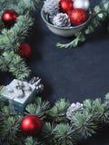 Ramos de árvore spruce azuis com quinquilharias do Natal Copie o espaço Fotografia de Stock