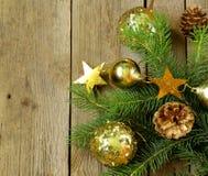 Ramos de árvore verdes do abeto do Natal com decorações bonitas Imagem de Stock